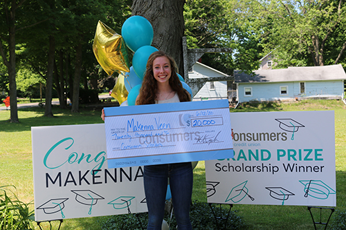 2020 Grand Prize Consumers Scholars recipient Makenna Veen holding large check